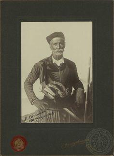 Οπλαρχηγός Απόστολος Κατεχάκης  Γεννήθηκε το 1837 στον Πλάνατο της επαρχίας Καινουρίου της Μεσσαράς στην Κρήτη.Ελαβε τα όπλα με την έναρξη της Επανάστασης στην Κρήτη 1866-1869, ανακηρύχθηκε αρχηγός της επαρχίας Καινουρίου και συμμετείχε υπό τη γενική αρχηγία του Μιχαήλ Κόρακα