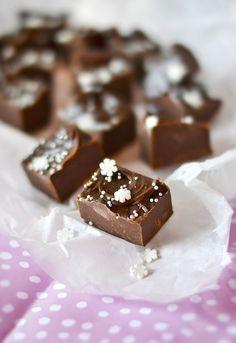 Makealla ja helpolla linjalla mennään. Pätkisfudgea on mukava tehdä vaikkapa lahjaksi tai ihan vain itselle mussutettavaksi. Kolme... Candy Recipes, Baking Recipes, Dessert Recipes, Yummy Snacks, Delicious Desserts, Xmas Desserts, Homemade Sweets, Chocolate Sweets, Sweet Bakery