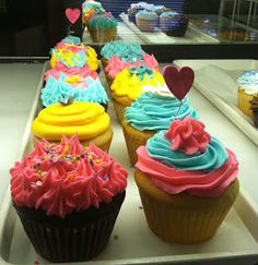 Lola Pearl Bake Shoppe: Spotted: Cupcakes with teal and pink frosting!