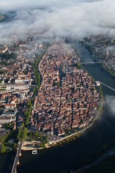 France, Midi-Pyrénées, Lot (46), Quercy, vallée du Lot, Cahors, la vieille ville (vue aérienne) - Francis Cormon