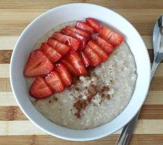 Porridge de copos de avena con fresas y canela. Receta tipica de escocia.