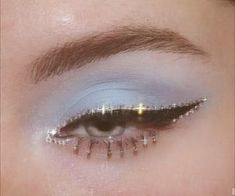 Would you like to try some bold eye makeup to inspire yourself to change your life? Eye makeup has always been at the forefront of fashion. Eye make up Bold Eye Makeup Ideas You Should Try Bold Eye Makeup, Makeup Eye Looks, Cute Makeup, Pretty Makeup, Skin Makeup, Green Makeup, Vintage Eye Makeup, Cheap Makeup, Stunning Makeup