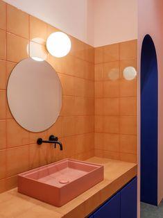 Dit interieur van Breadway Bakery in Odessa, Oekraïne, is next level Peach Bathroom, Bathroom Colors, Master Bathroom, Mosaic Bathroom, Brass Bathroom, Bathroom Ideas, Bathroom Interior Design, Decor Interior Design, Interior Decorating