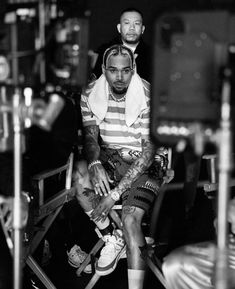 Chris looks soo good in pink💕 Nnd swipe to see who was on the set of wobble up music video! Chris Brown Photos, Chris Brown Outfits, Chris Brown Style, Breezy Chris Brown, Chris Brown Wallpaper, Chris Brown Official, Chirs Brown, Just Beautiful Men, Indigo Children