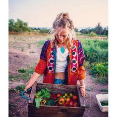bohemian lifestyle boho home design elements of bohemia Organic Farming, Organic Gardening, Country Life, Country Living, Farm Fashion, Future Farms, Bohemian Lifestyle, Farm Lifestyle, Boho Home