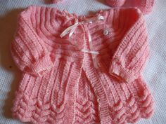 Baby jacket. Pattern in Portuguese. Top down. Welted (horizontal ribbing) yoke. body and sleeves can be razor shell lace such as here, reverse stockinette feather & fan (like the white jacket [https://www.pinterest.com/pin/460563499371110514/]) or any other fancy lace.