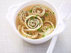 Pfannkuchensuppe ist ein Rezept mit frischen Zutaten aus der Kategorie Pfannkuchen. Probieren Sie dieses und weitere Rezepte von EAT SMARTER!