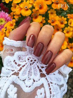 Kochani, pamiętacie jeszcze wiosnę 🌷? To taki przyjemny czas gdy rozkwita przyroda 🌳, muska nas delikatne słońce 🌞, i możemy zaszaleć z kolorkami na pazurkach 💅! Jeżeli tak jak my czekacie na nią z utęsknieniem, dajcie znać w komentarzach! 😊  Dziś mamy dla Was piękne burgundowe paznokcie na iście wiosennym tle 🌼! Manicure, Nails, Engagement Rings, Jewelry, Nail Trends, Trends, Nail Bar, Finger Nails, Enagement Rings