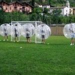 Fischio d'inizio e tutti pronti per saltare, rotolare e rimbalzare al Torneo di Bubble Football di Villa Lagarina (TN)