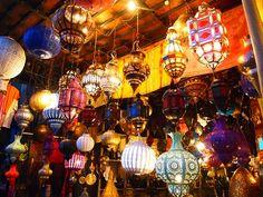 カラフルでエキゾチックなモロッコ風インテリア。雑貨を1つ取り入れるだけでグンとおしゃれでかわいいお部屋が出来上がります。 インテリアがおしゃれに決まる、モロッコ雑貨の取り入れ方をご紹介します。