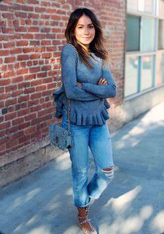 Julie Sarinana em street style look com destroyed jeans