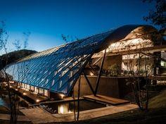 El centro de investigación japonés funde elementos naturales del diseño con rendimiento energético