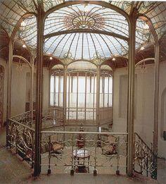 Víctor Horta.Bélgica tuvo su mayor representante en la figura de Víctor Horta que a finales del XIX, concretamente hacia 1890 definió el nuevo estilo. Su diseño de muebles y de edificios es la total representación de lo que se entiende por Art Nouveau . En su obra muestra una total sintonía entre decoración y edificio. Sus decorados son motivos vegetales ondulantes y formas abstractas.
