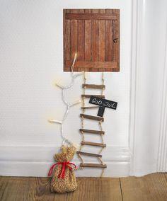 Har du en nisse boende på loftet, kan du nu give ham hans egen loftslem i træ. Loftslemmen kan klæbes op på skråvæggen eller direkte i loftet. Hvis du vil holde din nisse glad, er det en god idé at sætte lidt godter frem til ham hver dag, så ikk
