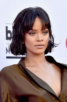 Rihanna Short Wavy Cut - Rihanna looked youthful and cute with her short waves and parted bangs at the Billboard Music Awards.