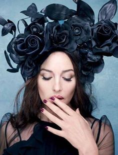 Моника Белуччи в в черной шляпе с цветами