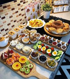 Huis te koop in Alanya Turkije Catering-Ideen - Essen und Trinken Breakfast Platter, Breakfast And Brunch, Breakfast Buffet, Turkish Breakfast, Breakfast Table Setting, Breakfast Presentation, Food Presentation, Comida Diy, Ideas Comida