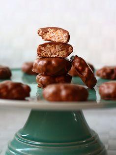 Suklaakuorrutteiset (vaahtokarkki-) riisimuromakeiset - Suklaapossu Cereal, Stuffed Mushrooms, Vegetables, Breakfast, Food, Morning Coffee, Meal, Essen, Vegetable Recipes