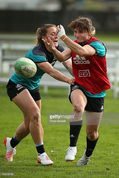 Niall Williams (L) tags Michaela Blyde (R) during a New Zealand Women's Sevens Rugby Training Session at King's College on July 21, 2016 in Auckland, New Zealand. (683×1024)