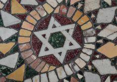 Stelle di David, triplice cinta fiori della vita e dell'Apocalisse: simboli antichi e potenti rimasti eterni nella pietra