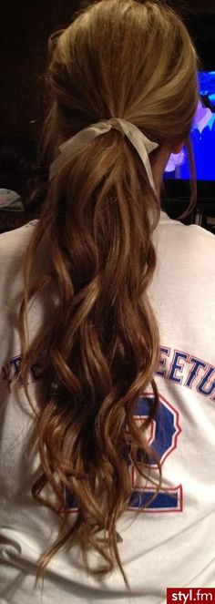 Loose curls pony tail