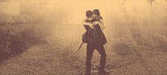 Desconozco qué se siente al dar un beso bajo la lluvia.Sólo sé que cuando cierre los ojos de nuevo para besarte,Lloverá.Y los besos serán de sal...
