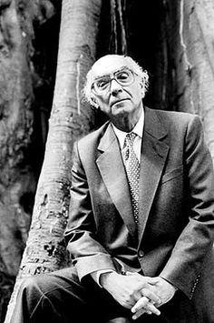 José Saramago  (Golegã, Azinhaga, 16 de Novembro de 1922 — Tías, Lanzarote, 18 de Junho de 2010) foi um escritor, argumentista, teatrólogo, ensaísta, jornalista, dramaturgo, contista, romancista e poeta português.  Foi galardoado com o Nobel de Literatura de 1998. Também ganhou, em 1995, o Prémio Camões, o mais importante prémio literário da língua portuguesa.