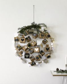 Il calendario dell'Avvento DIY che conquista anche i teenager. Teenager, Hula, Diy Advent Calendar, Original Gifts, Creative Crafts, Tips And Tricks, Ceiling Medallions, Snowflakes, Boxes