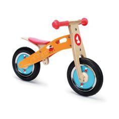 Deze houten loopfiets Racende Vliegen (6181425) van het merk Scratch helpt en ondersteunt uw kind in het leren van de balans te houden op een tweewieler, heeft een stoer uiterlijk en is een echt race monster. De loopfiets heeft een verstelbare zithoogte en een begrensde sturing. Afmetingen 66 x 37 x 44 cm. Leeftijd 2+
