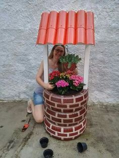 Great idea for old tires! Roof seems to be pvc pipe cut in Summer Crafts, Diy And Crafts, Arts And Crafts, Art Crafts, Tyres Recycle, Diy Recycle, Tire Craft, Tire Garden, Recycled Garden