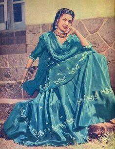 Gharara Designs, Kurti Designs Party Wear, Rekha Actress, Bollywood Actress, Saree Draping Styles, Indian Goddess, Errol Flynn, Indian Fashion Trends, Vintage India