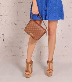 Itens must-have da temporada! Sandália com salto comfy na cor caramelo + Bag tiracolo na mesma tonalidade para um visual cool!