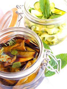 Pour 1 bocal de chaque Préparation : 25 minutes Cuisson : 5 minutes Marinade : 2 heures environ Pour les aubergines marinées : · 2 aubergines · 6 feuilles de basilic · 2 c à s de vinaigre de vin blanc · 1 c à c de piment d'Espelette · Sel · Huile d'olive... Gourmet Recipes, Keto Recipes, Healthy Recipes, Diy Food Gifts, Cuisine Diverse, Fermented Foods, Italian Recipes, Pickles, Tapas