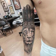 Tatuagem criada por Robinho Tattoo de Goiania, Goias.    Leão em preto e cinza com cocar sobre a suba.