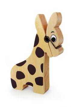 Diese kleine Holzgiraffe freut sich nicht ohne Grund, denn gern nimmt sie neue Nachrichten und Erinnerungen entgegen. Die Botschaften klemmt sie sich ins Giraffenmaul und hält geduldig still. Eine süße Idee für den ersten Kinderschreibtisch. ca. 13 x 3 x 17 cm