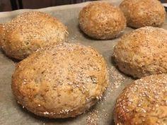 Grove burgerboller – Store og luftige… Pan Bread, Bread Baking, Burger Buns, Recipies, Muffin, Brunch, Rolls, Food And Drink, Snacks