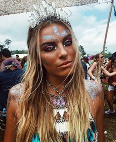 16 Ideas Music Festival Looks Hair Festival Looks, Festival Make Up, Rave Festival, Festival Style, Glitter Carnaval, Make Carnaval, Rave Music, Rave Halloween, Glitter No Rosto