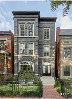 Inside A Bright Chicago Home Once A Multi-Unit Building Chicago House, Chicago Brownstone, Brownstone Homes, London Townhouse, Townhouse Exterior, Living Haus, Townhouse Designs, Sims House, Exterior Design