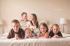 cute family home pose. Baby and family photography 50 ideas | AntsMagazine.Com