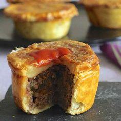 La meat pie, un des plats les plus emblématiques d'Australie, est une tourte farcie de viande de bœuf servie traditionnellement en parts individuelles.