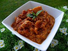 Ingrédients : 600 g d'aubergines 1 oignon 4 gousses d'ail 1 c à c de pâte de gingembre 400g de pulpe de tomates 10 g d'huile d'olive 1 cuillère à soupe de curry en poudre 1/2 cuillère à café de cannelle 2 cuillères à café de cumin 1 cuillère à café de...