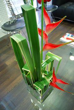 Deconstrucción cúbica en base de cristal con Phornium variegata. Para equilibrar la dimensión he añadido Heliconia caribea. El montaje...