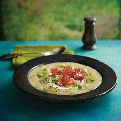 In een handomdraai maak je dit heerlijke herfstrecept met prei - het is en blijft een lieveling!  Bak wat extra ringen prei knapperig en strooi ze over deze soep. Dat ziet er niet alleen leuk uit, maar is ook erg lekker.