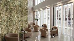 De Cork Rough panelen zijn goede oplossing voor het tegenhouden van geluid uit andere ruimtes. Lobby Interior, Office Interior Design, Office Interiors, Modern Restaurant, Restaurant Design, Innovative Office, Moss Wall, Restaurant Furniture, Lounge Furniture