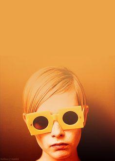 Warm Color >> Twiggy in modern sunglasses.