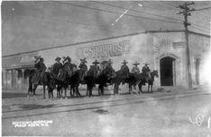 Tropas rurales en 1914 en la actual esquina de Morelos en Independencia en Gómez Palacio, Dgo. Aquí debe ser donde hoy está el edificio de El Emporio, nótese, una vez más, la línea del tranvía.
