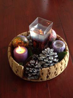 Centro de mesa navide o realizado con pi as velas y - Como hacer un centro de mesa navideno con pinas ...
