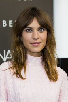 The best celebrity bangs for long faces: Alexa Chung's curtain bangs have rightly earned a spot in fringe folklore. These rock 'n' roll bangs flatter most face shapes, but are particularly fab on the long and oval kinds. Retro Hairstyles, Winter Hairstyles, Popular Hairstyles, Latest Hairstyles, Celebrity Hairstyles, Hairstyles With Bangs, Easy Hairstyles, Celebrity Bangs, Rashida Jones