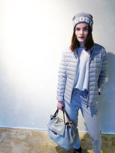 Outfit der Woche! Leichtdaunenjacke: Jott – Strickpullover, Businesshose mit Tunnelzug & Mütze: Opus – Tasche: Marc O'Polo #fashion #ootw