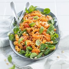 Pastasalade met garnalen Couscous, Cobb Salad, Drinks, Healthy, Dressings, Ethnic Recipes, Avocado, Meal, Pesto Salad